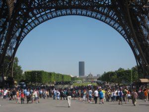 Foule sous la Tour Eiffel