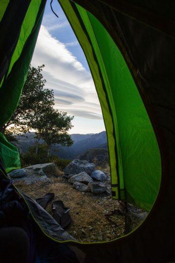 Tente sur le GR20 avec vue magnifique sur les montagnes corses.