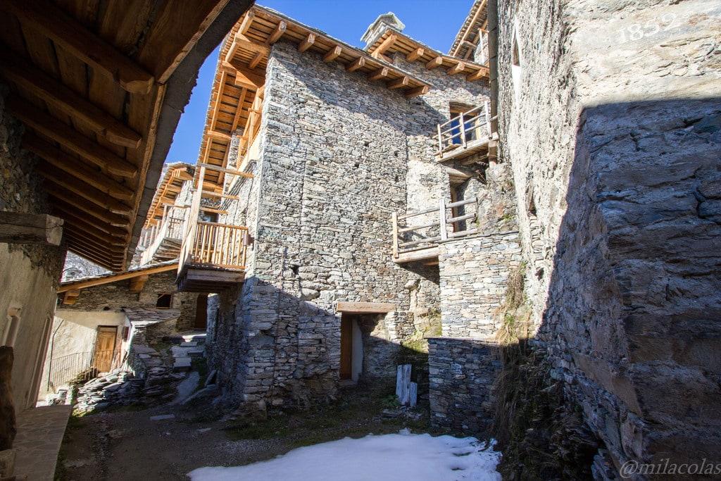 Des maisons reconstruites dans Valliera