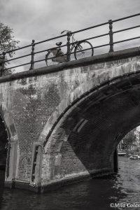 Vélo solitaire sur un pont d'Amsterdam - départ Entreprendre le Monde