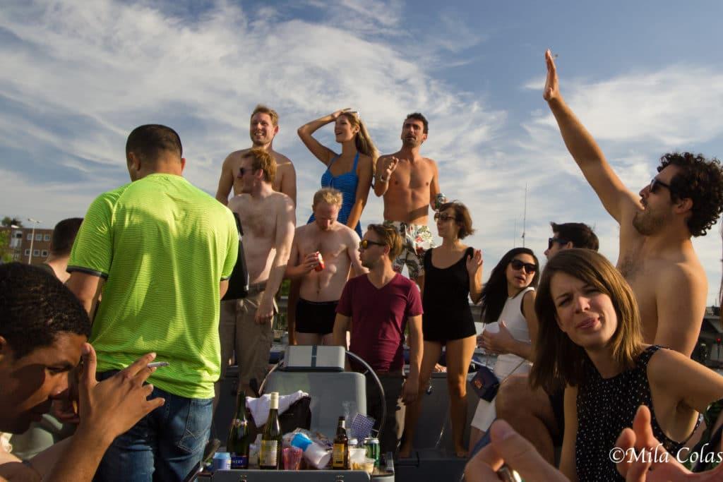 Musique, danse et détente sur un bateau
