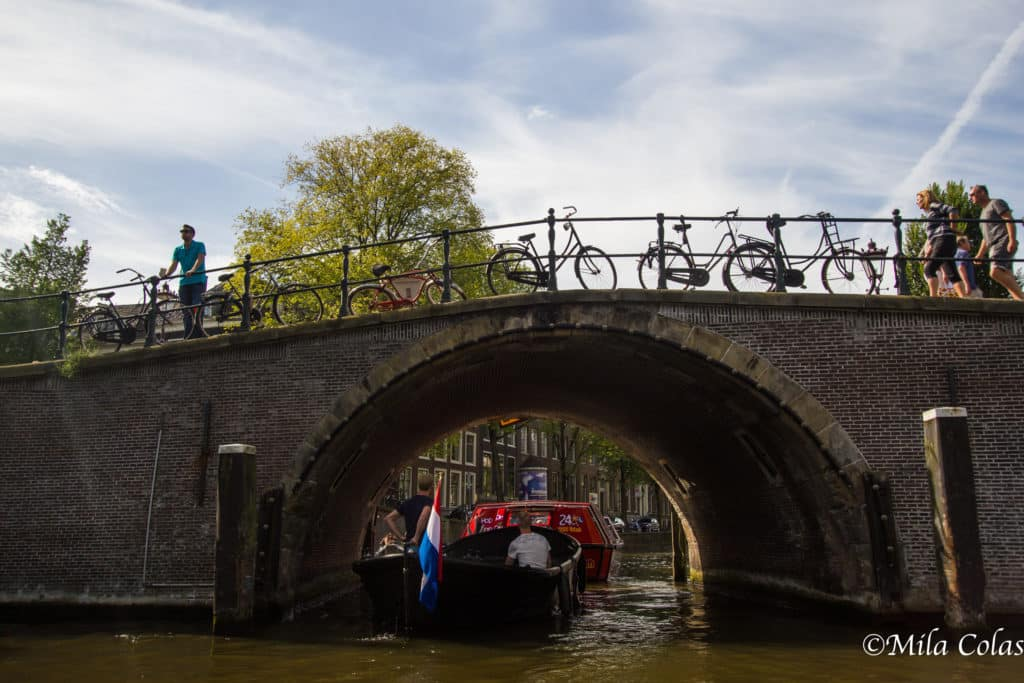 Bar sur la rive d'un canal à Amsterdam
