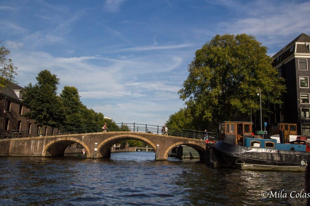 Les canaux d'Amsterdam, un joli pont devant