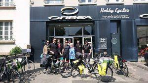 Départ d'Entreprendre le Monde devant Hobby Cycles à Brest