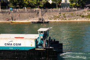 porte-container et baigneurs - Bâle