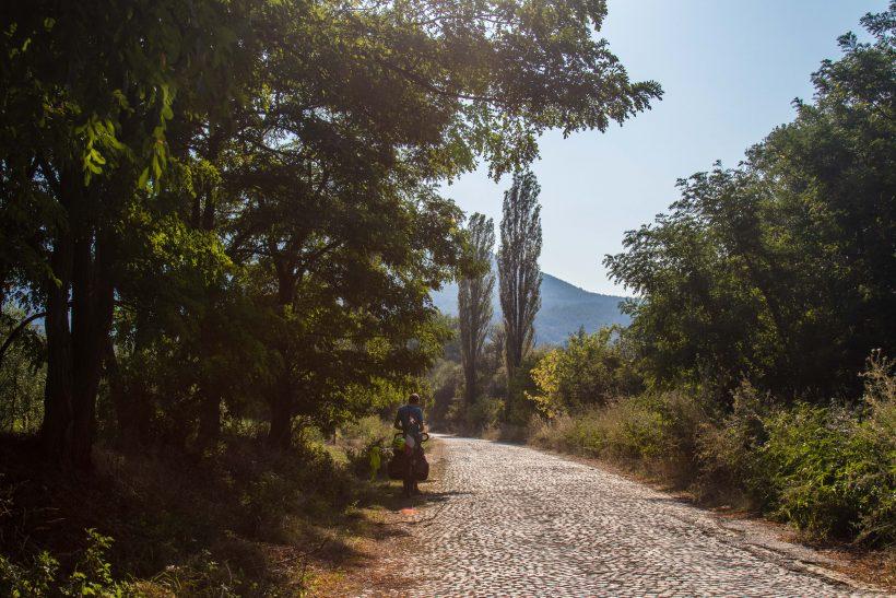 Macédoine - route pavée -mauvais sort