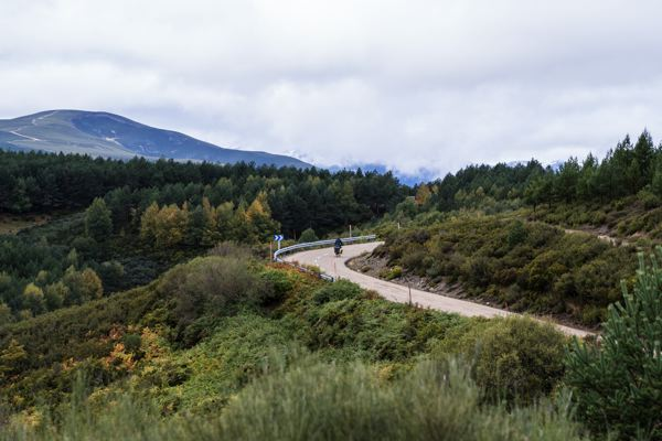 Ascension vers Cruz de Ferro Camino Francés à vélo