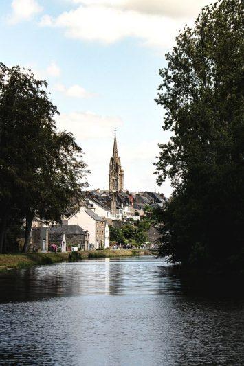 vue sortie de Josselin - Canal de Nantes à Brest