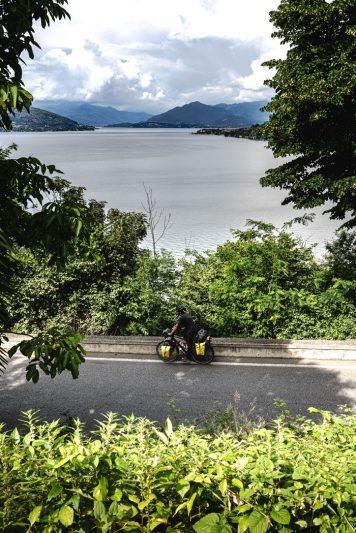 Descente depuis la statue Saint-Charles Borromée avec vue sur le lac