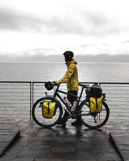 Une pluie battante sur le lac Majeur - voyage à vélo