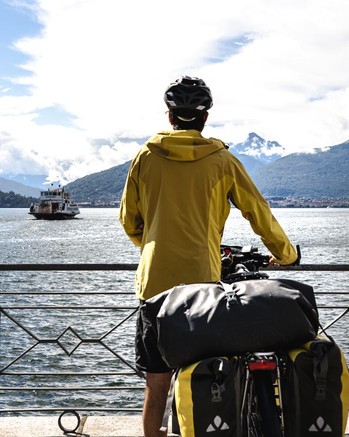 On attend l'arrivée du bateau - voyage à vélo - lac majeur