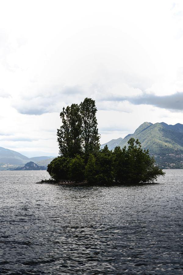 Petite île entre isola dei pescatori et isola bella - lac majeur à vélo