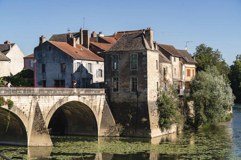Verdun-sur-Doubs, pont et cyclistes - la voie Bleue