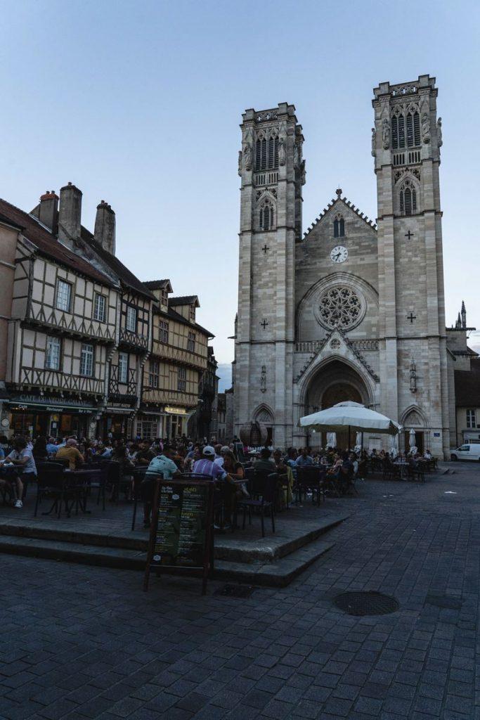 Cathédrale Saint-Vincent - place - chaton sur saone