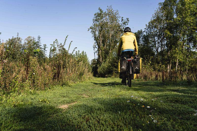 Petit chemin de terre sur la V30, la véloroute de la vallée de la Somme