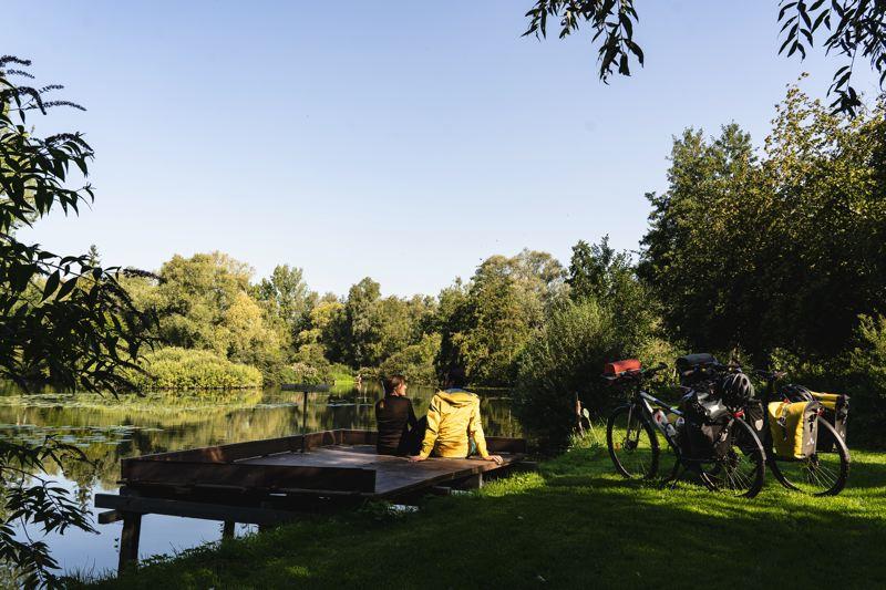 Pause à coté des étangs de pêche, la véloroute de la vallée de la Somme