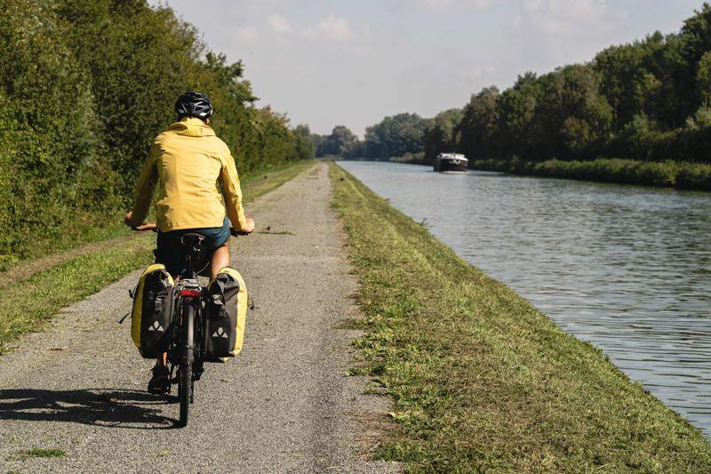 La V30 le long du canal de centre, la véloroute de la vallée de Somme