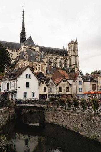 La ville basse de Amiens avec la cathédrale sur la V30