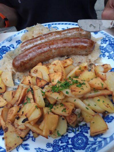 Les saucisses de Franconie, grillées, bien épicées sur lit de choucroute et pommes de terre craquantes